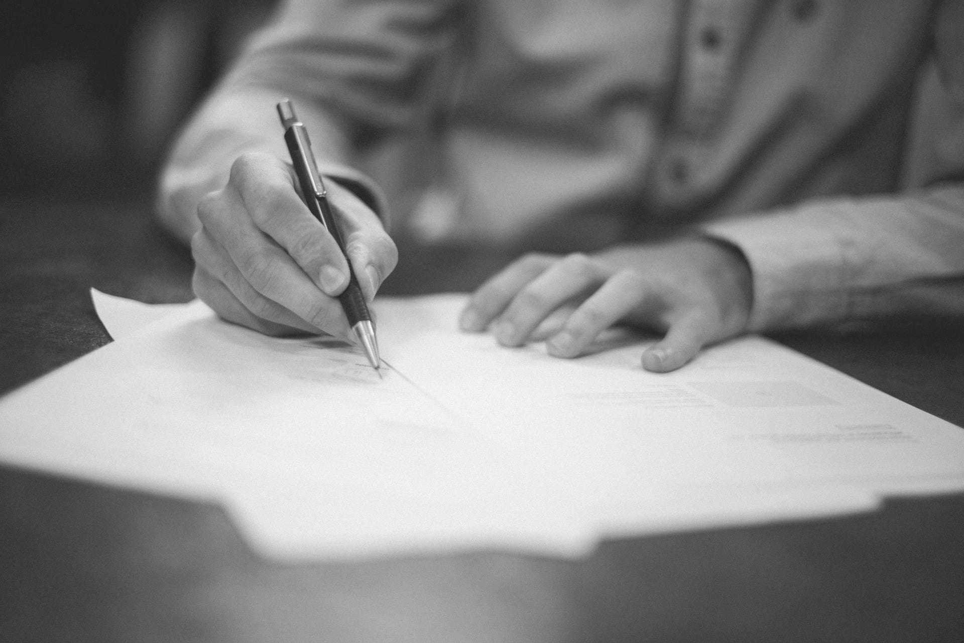 Advokat til fast ejendom underskriver vigtige dokumenter