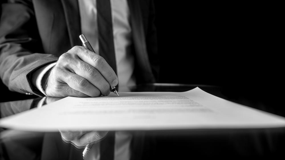 Boligadvokat gennemgår vigtige dokumenter